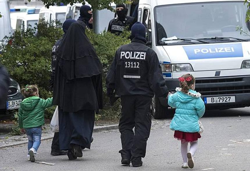 oficial alemán y ninos de la mano