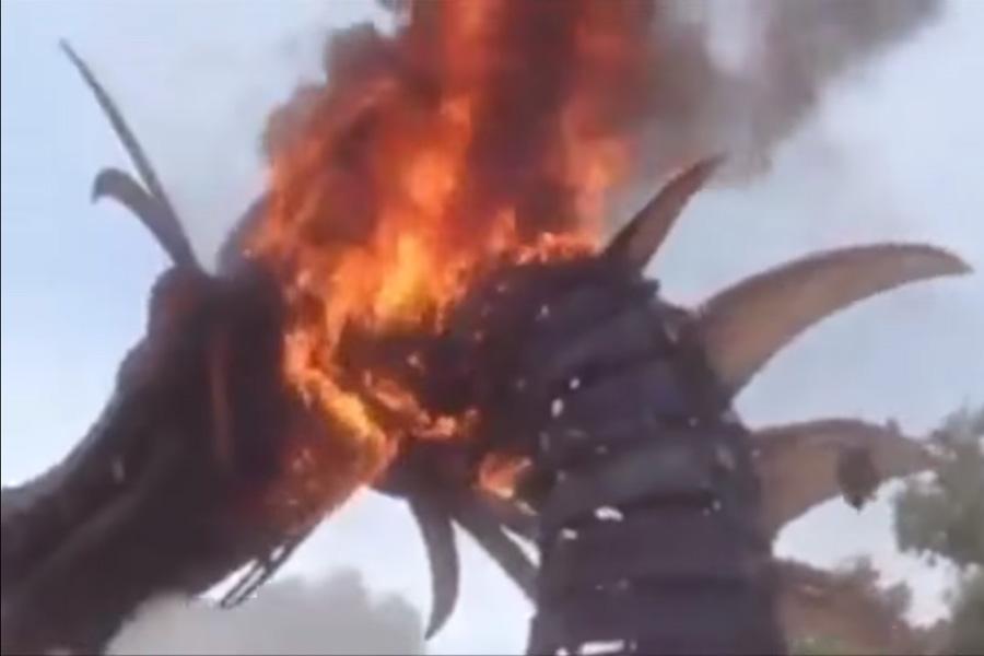 Un dragón se incendió en Disney World durante un desfile y la gente pensó que era parte del show ????
