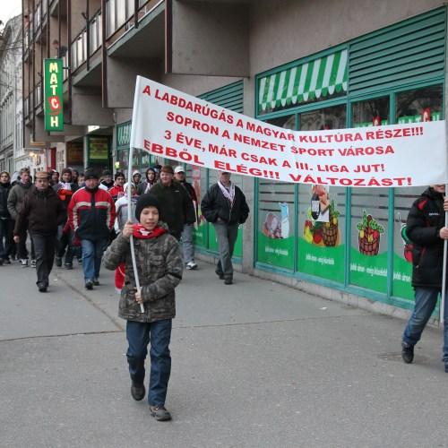 Sopronban a jobb fociért tüntettek!