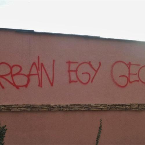 Felszólítást kaptak a garázstulajdonosok az O1G grafiti miatt!