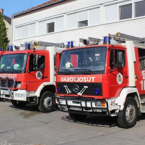A tűzoltók három habosított vízsugárral oltották el a lángokat a Terv utcában