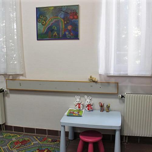 Soproni kisdiákok alkotásai színesítik a kórházban a gyermekszakrendelés váróteremét