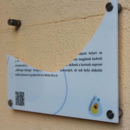 Ismét összetörték Sopron egyik poptörténeti emléktábláját