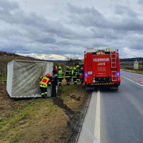 Kisteherautót borított árokba a szél Burgenlandban