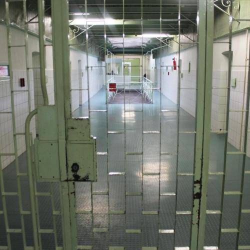 Felfüggesztették a börtönzsúfoltsági kártalanítások kifizetését