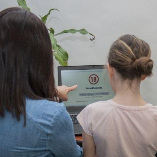 Digitális oktatás: Fokozottan figyeljünk a gyerekekre!