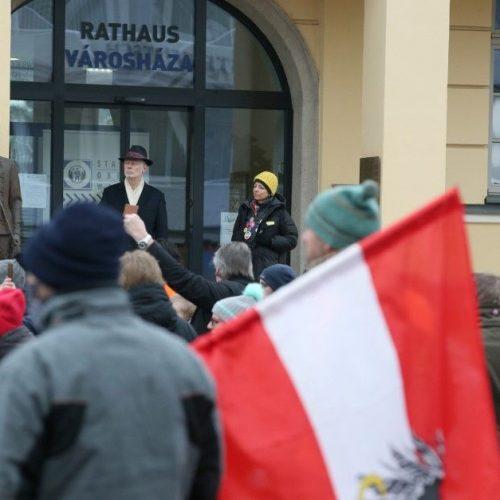 Felszólalt a tüntetésen, menesztették a tisztiorvost