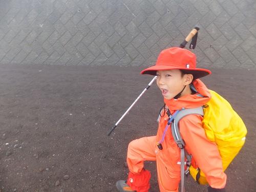 子供でもしっかり装備を整えることで富士登山可能です。