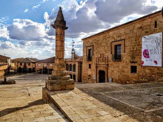 A la derecha, el Palacio Renacentista de Morón de Almazán