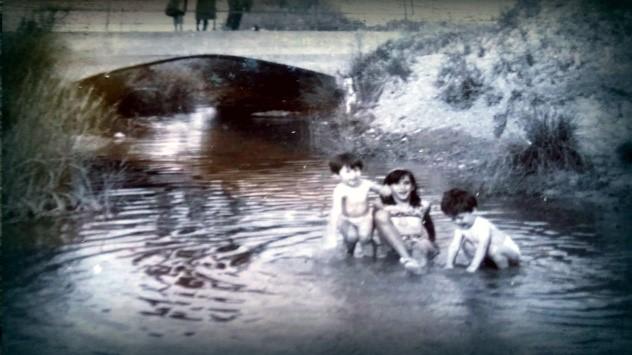 Niños bañándose en el río Rejas