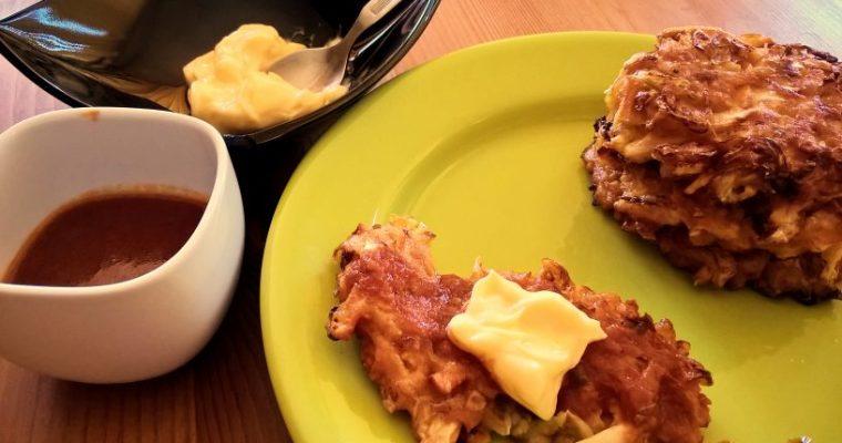 Okonomiyaki vegetarian – chiftele din varza si cartof dulce