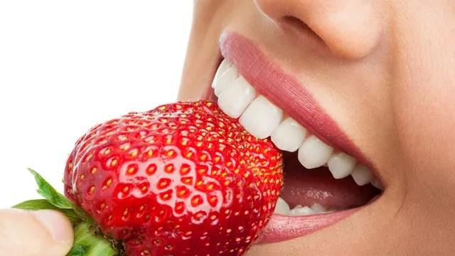 clareamento caseiro dos dentes com morango