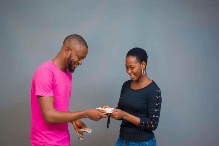 donner de l'argent à sa partenaire
