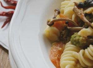 Pasta con cavolo verde, funghi pioppini e pomodorini