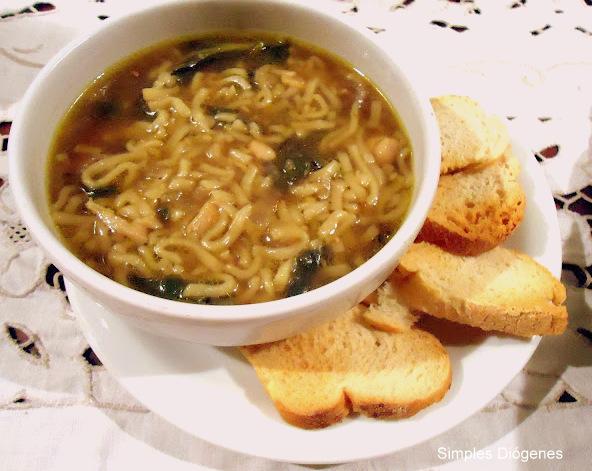 sopa de frango, espinafre e noodle