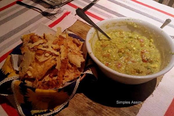 guacamole é uma comida mexicana, fácil de fazer e leva abacate, tomate, cebola e outros temperos. É servida com torradas ou salgadinhos de milho.