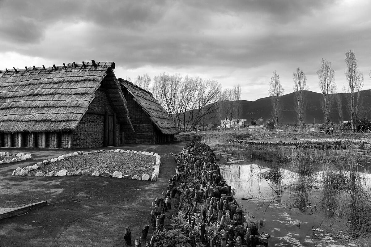 Scorcio di capanna e arginatura del parco archeo-fluviale di Longola. Foto di Sossio Mormile