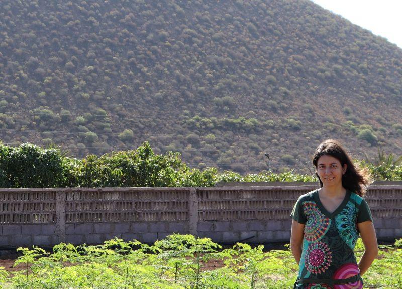 La emprendedora Laura Rubio, fundadora de A3Ceres y Moringa Smile, en Tenerife, en una plantación de moringa.