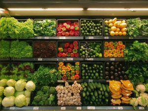 supermercado con verduras frescas