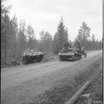 Rynnäkkötykki sivuuttaa matkallaan kohti Muoniota tiensivuun jääneen saksalaisen panssarivaunun.