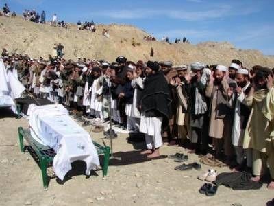 Pakistańczycy wznoszący modlitwy pogrzebowe ofiarom ataku rakietowego w Miranshah z 15 lutego