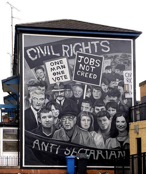 © Sean Mack / Jeden lud pod rządami patokracji: uliczne malowidło w Derry przypomina brytyjskim władzom, że działalność Ruchu na rzecz Praw Człowieka pozostaje słuszną sprawą.