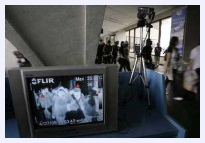 © Romeo Ranoco / Reuters / Monitorowanie turystów za pomocą urządzeń termograficznych na międzynarodowym lotnisku w Manili, 27 marca 2009