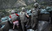 © David Guttenfelder/AP - - Zachary Boyd z amerykańskiego Pierwszego Batalionu 26. Dywizji Piechoty przyjmuje pozycję obronną na stanowisku ogniowym Restrepo po ataku talibów w dolinie Korengal w afgańskiej prowincji Kunar