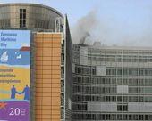 © BGNES - - Zdjęcie z zewnątrz ukazuje dym wydobywający się z 'Berlaymont' po tym, jak doszło do wybuchu pożaru w budynku Komisji Europejskiej w centrum Brukseli.