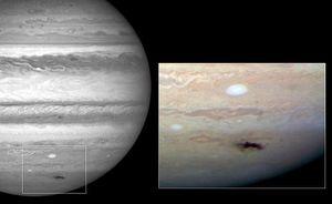 © H. Hammel (STScI) / NASA / ESA / Jupiter Impact Team -- Widoczny czarny ślad to obszar uderzenia komety