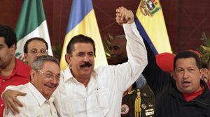 © Unknown - - Prawdziwi przywódcy: Raul Castro, Mel Zelaya i Hugo Chavez