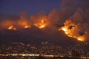 © Vibro1 - - Wzgórza Mount Wilson ogarnięte ogniem, zaledwie 15 mil od centrum LA