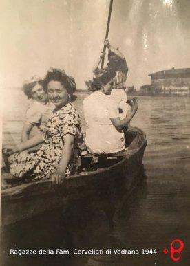 Le ragazze della Famiglia Cervellati di Vedrana. 1944. Sullo sfondo la seconda casa a destra di via Rondanina. Foto dell'archivio personale di Patrizia Grossi.