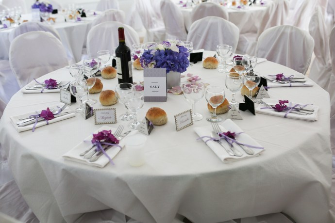 mariage-moulin-des-noues-soicy-sur-ecole-essonne-decoration-table-couverts-argent-theme-violet-photographe-soul-bliss