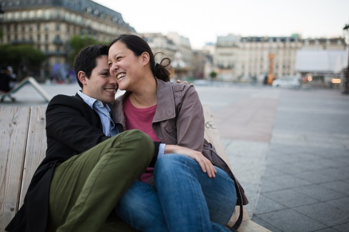 seance-engagement-paris-hotel-de-ville-couple-mixte-photographe-soulbliss