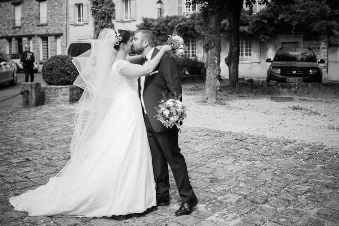 mariage moulin de dampierre saint yon Eglise saint sulpice de faviere arrivée découverte mariage mariee surprise photographe mariage paris soulbliss