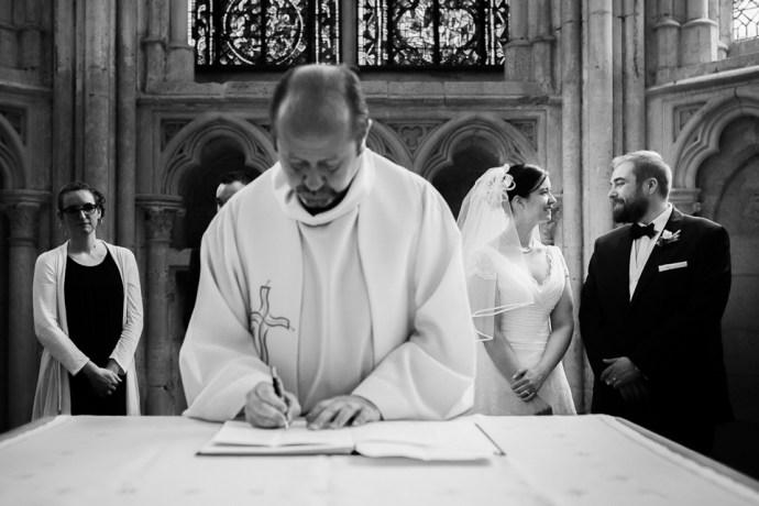 Mariage Moulin de Dampierre saint yon Église Saint-Sulpice de Saint-Sulpice-de-Favières cérémonie signature registre oui maries photographe mariage paris soulbliss