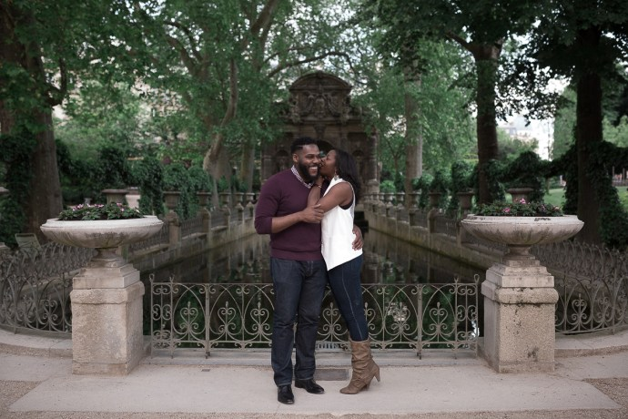 seance_engagement_Photos_couple_jardins_luxembourg_photographe_mariage_paris_soulbliss