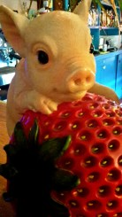 Picture from the Isla Ray bar of an plastic pig and a big strawberry