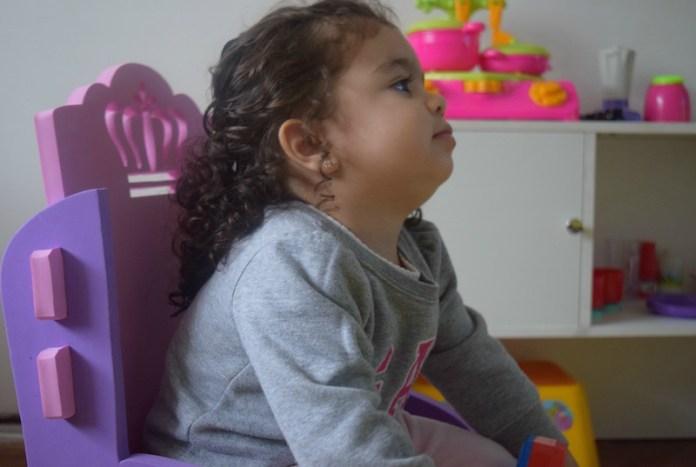 poltrona-princesa-olhando-tv