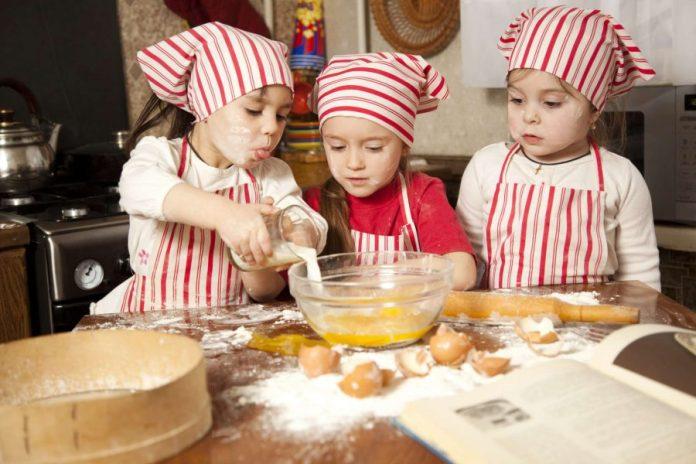 brincaderias-ferias-escolares-crianca-na-cozinha