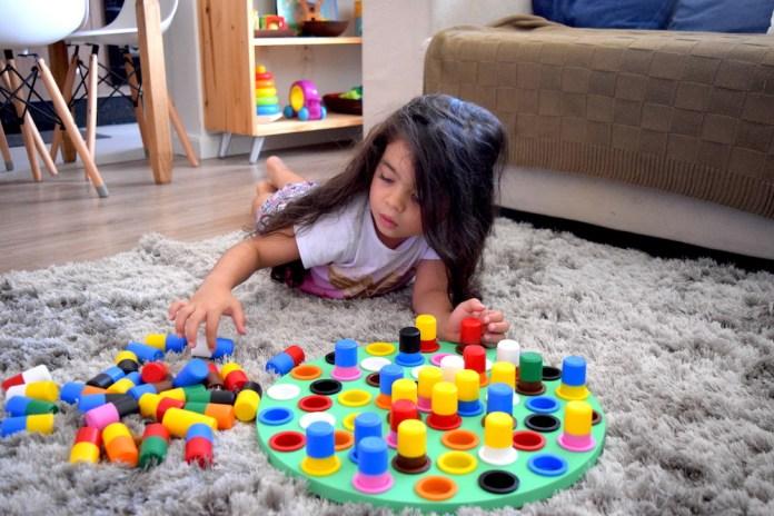 jogos-infantis-desafio-das-cores-montessori