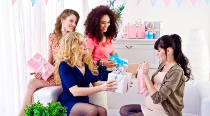 Momento para comemorar a chegada do bebê com amigos e familiares