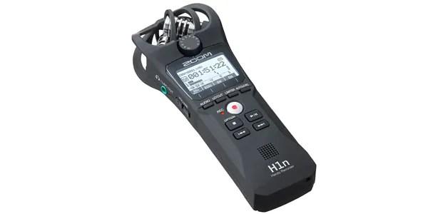 ZOOM大人気モデル「H1」がリニューアルして登場!『H1n』は手のひらサイズのコンパクトボディに本格的XYステレオマイクを搭載したハンディレコーダーです。楽器演奏やライブコンサートはもちろん、自然環境音の録音にも最適。臨場感に優れた立体的なステレオ音像を収録することが可能です。