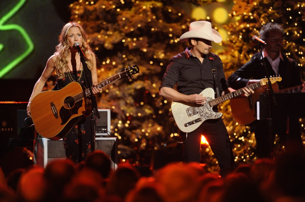 https://i2.wp.com/www.soundslikenashville.com/wp-content/uploads/2010/11/Sheryl-Crow-and-Brad-Paisley-CMA-Country-Christmas-CountryMusicIsLove-1024x681.jpg