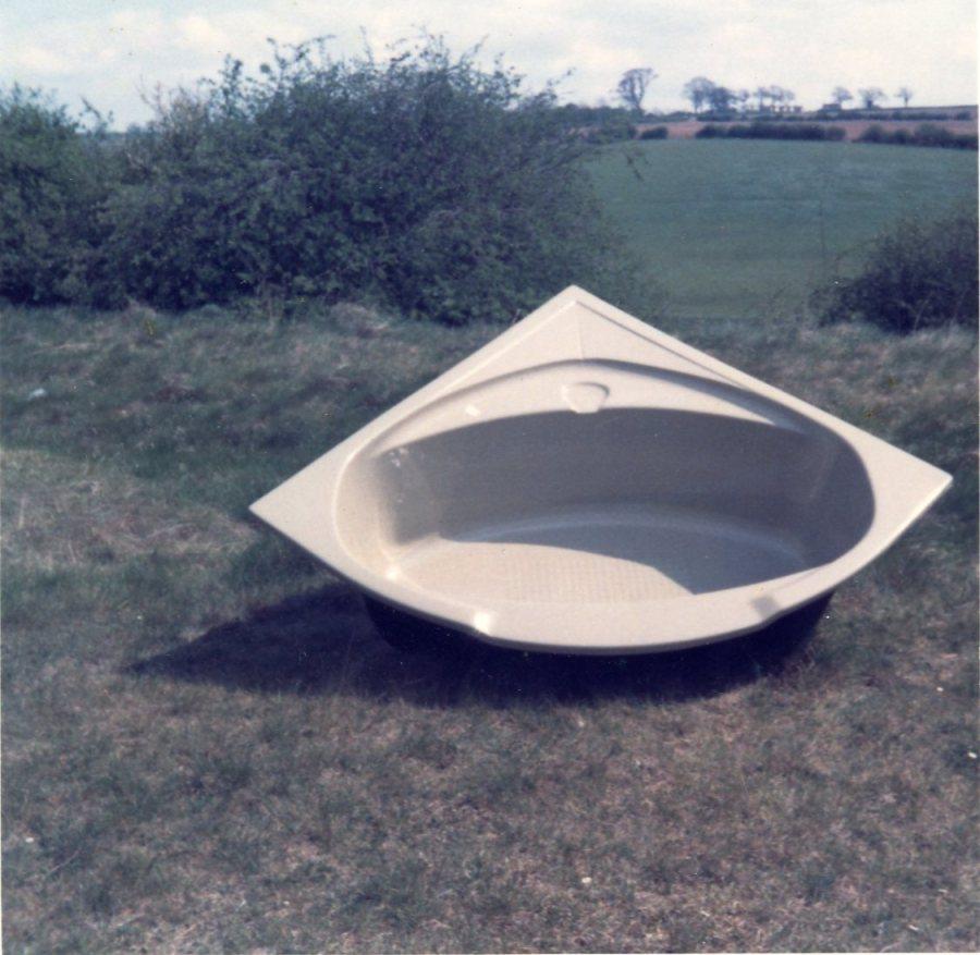 Corner bath in fibreglass