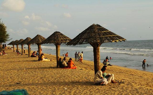 Tourist enjoying in the seashore of Cherai beach in Kochi