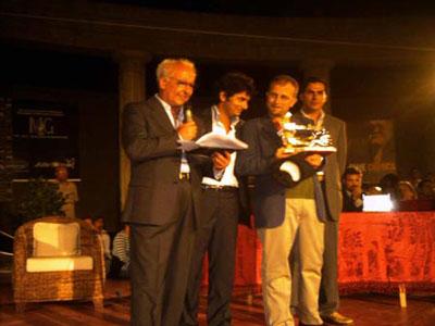 Antonio Barbuto consegna premio opera prima