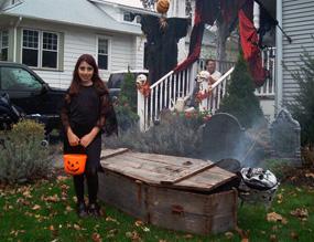Una foto di una casa decorata per Halloween