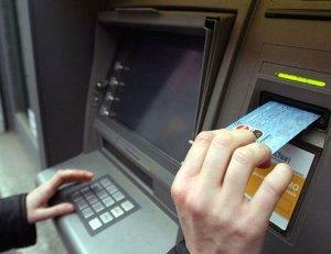 Preleva denaro da bancomat con carta rubata, arrestato